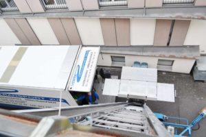 Unser Camion und der Umzugslift passen in die engsten Altstadtgassen.